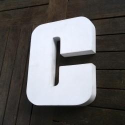 Letra C Recortada en Blanco